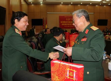 Thiếu tướng Lê Hiền Vân, Bí thư Đảng ủy, Chính ủy Quân khu tặng quà cán bộ cao cấp quân đội về dự gặp mặt.