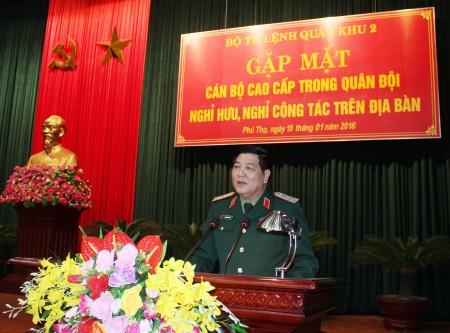 Trung tướng Dương Đức Hòa, Ủy viên Trung ương Đảng, Tư lệnh Quân khu phát biểu trong buổi gặp mặt.