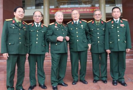 Đại tá Trịnh Văn Quyết, Ủy viên Ban Thường vụ Đảng ủy, Phó Chính ủy Quân khu chụp ảnh lưu niệm với các đại biểu.