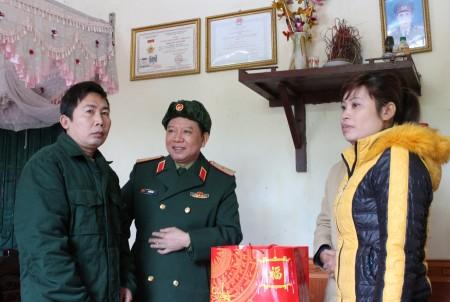 Đảng ủy, BTL Quân khu luôn dành sự quan tâm chu đáo tận tình đối với các trường hợp quân nhân tại ngũ mắc bệnh phải điều trị dài ngày.