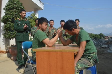 Cán bộ, chiến sĩ Đại đội 17, Bộ CHQS tỉnh Điện Biên giải trí trong giờ nghỉ.