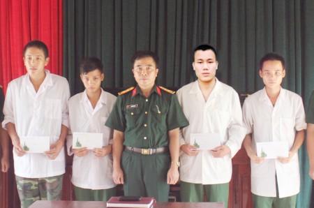 Binh nhất Lâm Ngọc Hoàng (thứ 2 từ phải sang) cùng một số chiến sỹ đơn vị đang điều trị tại các cơ sở y tế nhận số tiền của cán bộ, chiến sỹ ủng hộ.