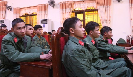 Thượng tá Nguyễn Hữu Tuất, Chỉ huy trưởng Ban CHQS huyện Phù Ninh cho biết: Trong số công dân nhập ngũ đợt này, có 2 tân binh là đảng viên, 5 tân binh đã có trình độ cao đẳng và đại học, 100% nam thanh niên viết đơn tình nguyện xin nhập ngũ.