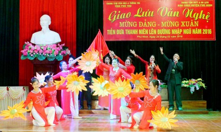 """Tiết mục hát múa """"Việt Nam ơi mùa xuân đến rồi"""" của CLB vui khỏe thị trấn Phong Châu."""