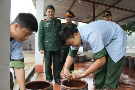 Trung tá Phạm Phú Chung, Phó Trung đoàn trưởng kiểm tra trạm chế biến thực phẩm cao cấp các bếp ăn. (Ảnh: ĐỨC ĐÀO)