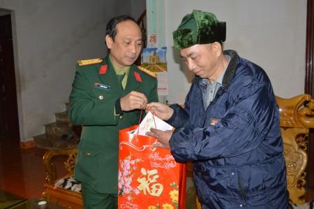 Đại tá Nguyễn Sơn Hà, Chính ủy, thay mặt Bộ CHQS tỉnh Hà Giang tặng quà đối tượng chính sách trên địa bàn.
