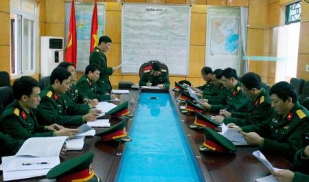 Chỉ huy Lữ đoàn 406 báo cáo đoàn kiểm tra kết quả thực hiện nhiệm vụ trên các mặt công tác.