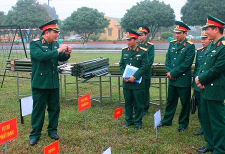 Trung tướng Dương Đức Hòa, Tư lệnh Quân khu kiểm mô hình, học cụ huấn luyện của Lữ đoàn.