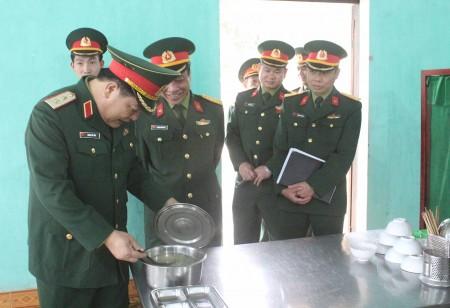 Đoàn công tác kiểm tra tại các bếp ăn của Lữ đoàn.