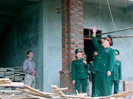 Tư lệnh Quân khu kiểm tra tiến độ xây dựng công trình Nhà ở công vụ của Lữ đoàn.