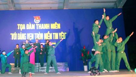 Tiết mục văn nghệ chào mừng đêm diễn đàn do cán bộ, đoàn viên Đoàn cơ sở Trung đoàn 148 thể hiện.
