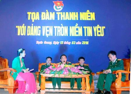 Các đại biểu, khách mời tham gia diễn đàm.