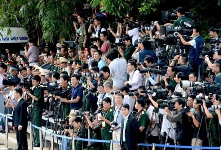 Phóng viên báo chí tác nghiệp tại lễ mít-tinh, diễu binh, diễu hành kỷ niệm 70 năm Ngày Cách mạng tháng Tám và Quốc khánh 2-9. Ảnh: Minh Trường.