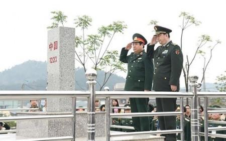 Hai Bộ trưởng Quốc phòng Việt – Trung thực hiện nghi lễ chào cột mốc chủ quyền 1223. Ảnh: Trọng Hải