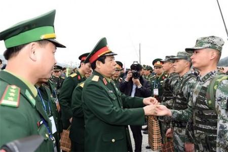 Bộ trưởng Quốc phòng Việt Nam Đại tướng Phùng Quang Thanh tặng quà lực lượng biên phòng hai nước tham gia tuần tra chung. Ảnh: Trọng Hải