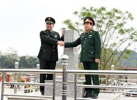 Hai Bộ trưởng Quốc phòng Việt – Trung tại cột mốc chủ quyền 1223. Ảnh: Trọng Hải