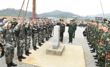 Thượng tướng Nguyễn Chí Vịnh và Thượng tướng Thích Kiến Quốc cùng hai đội tuần tra của lực lượng Biên phòng hai nước thực hiện các nghi thức tuần tra chung. Ảnh: Trọng Hải