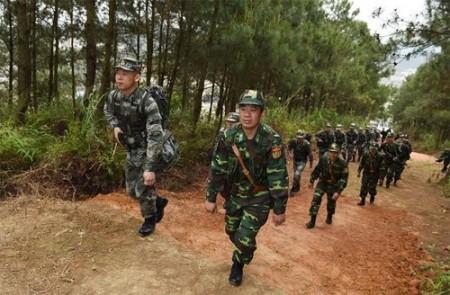 Hai đội tuần tra của lực lượng Biên phòng hai nước tuần tra chung.  Ảnh: Trọng Hải