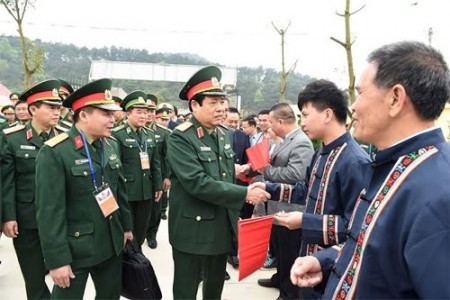Hai Bộ trưởng Quốc phòng Việt – Trung chia sẻ tình cảm với nhân dân ở thôn Chi Ma.  Ảnh:Trọng Hải