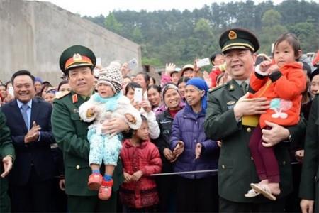 Hai Bộ trưởng Quốc phòng Việt – Trung chia sẻ tình cảm với nhân dân ở thôn Chi Ma (Ảnh: Nguyễn Hòa)