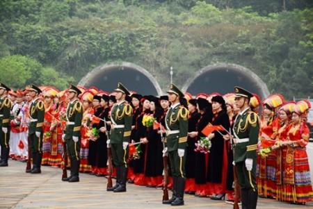 Người dân Bằng Tường chào đón đoàn đại biểu cấp cao Bộ Quốc phòng Việt Nam.