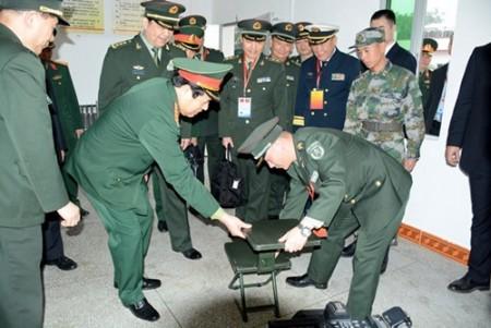 Hai Bộ trưởng tham quan nơi ăn, ở của cán bộ, chiến sĩ Đại đội 13, Tiểu đoàn 4, Trung đoàn 3, Bộ đội Biên phòng Bằng Tường, tỉnh Quảng Tây.