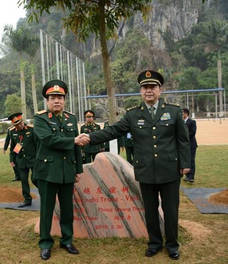 Bộ trưởng Quốc phòng Việt Nam Phùng Quang Thanh và Bộ trưởng Quốc phòng Trung Quốc Thường Vạn Toàn trồng cây lưu niệm tại Đại đội 13, Tiểu đoàn 4, Trung đoàn 3, Bộ đội Biên phòng Bằng Tường, tỉnh Quảng Tây.