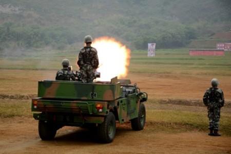Bộ đội Biên phòng Bằng Tường, tỉnh Quảng Tây trình diễn bắn đạn thật.