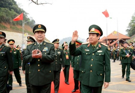 Bộ trưởng Quốc phòng Trung Quốc Thường Vạn Toàn và đoàn đại biểu cấp cao Bộ Quốc phòng Trung Quốc đón đoàn   đại biểu cấp cao Bộ Quốc phòng Việt Nam tại cửa khẩu Hữu Nghị Quan.