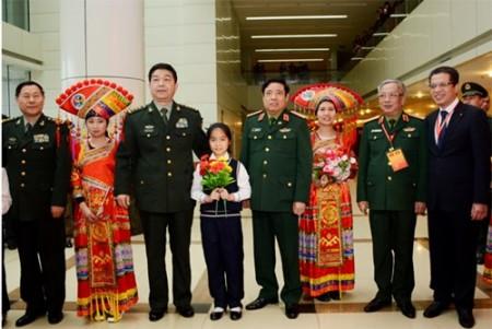 Hai Bộ trưởng Bộ Quốc phòng và đại biểu chụp ảnh chung với nhân dân Bằng Tường tới chúc mừng giao lưu.