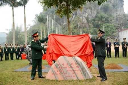 Bộ trưởng Phùng Quang Thanh và Bộ trưởng Thường Vạn Toàn trồng cây lưu niệm tại Đại đội 13, Tiểu đoàn 4, Trung đoàn 3, Bộ đội Biên phòng Bằng Tường, tỉnh Quảng Tây.