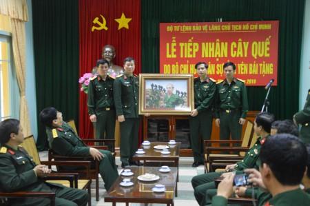 Bộ CHQS tỉnh tặng quà lưu niệm cho Bộ Tư lệnh bảo vệ Lăng.