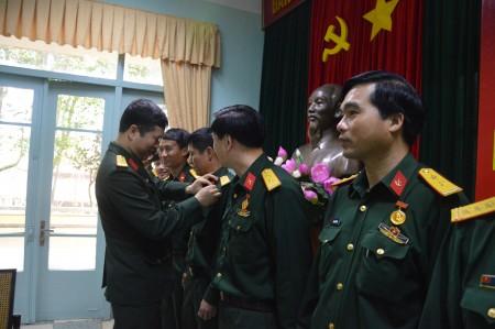 Đại diện Bộ Tư lệnh bảo vệ Lăng Chủ tịch Hồ Chí Minh gắn huy hiệu Hồ Chí Minh cho đại biểu.