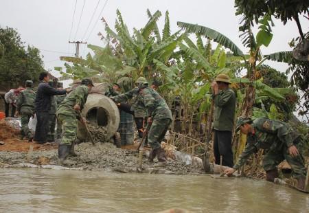 Cán bộ, chiến sĩ Bộ CHQS tỉnh tham gia làm đường bê tông tại xã Mường Chanh huyện Mai Sơn.