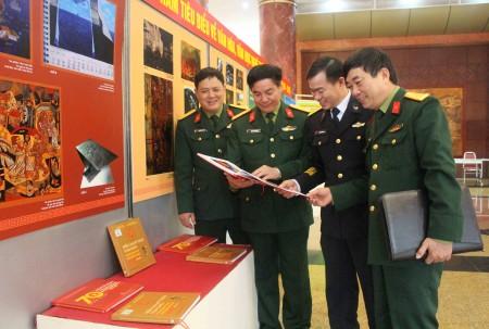 Đại tá Phạm Đức Duyên, Phó Chủ nhiệm Chính trị Quân khu cùng các đại biểu tham quan gian trưng bày các tác phẩm văn học nghệ thuật, báo chí…