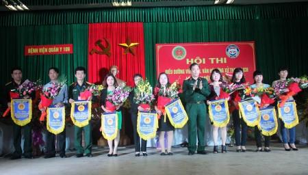 Đại tá Đỗ Xuân Trường, Giám đốc Bệnh viện Quân y 109 tặng cờ lưu niệm cho các đội thi.