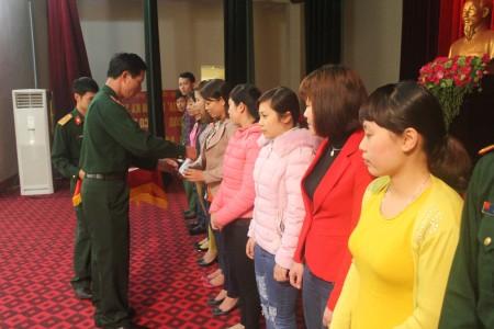 Đại tá Lê Huy Lượng, Phó Bí thư Thường trực Đảng ủy, Chính ủy Bộ CHQS tỉnh trao Giấy chứng nhận bồi dưỡng nhận thức về Đảng cho các học viên.