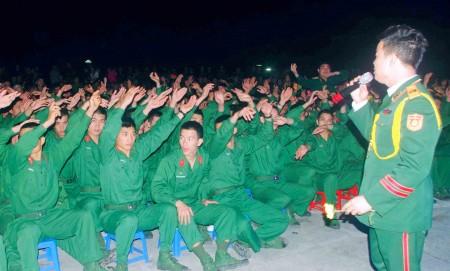 Cán bộ, chiến sỹ Lữ đoàn 168 và nhân dân cổ vũ các tiết mục biểu diễn của Đoàn.