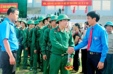 Thanh niên huyện Vĩnh Tường (Vĩnh Phúc) lên đường bảo vệ Tổ quốc.