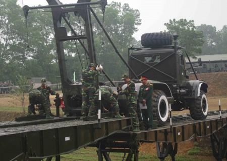 Cán bộ, chiến sĩ Lữ đoàn 543 luyện tập bắc cầu.                                                                       Ảnh: NHẬT ĐẶNG