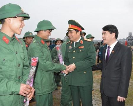 Lãnh đạo Bộ tư lệnh Quân khu 2 tặng hoa và động viên thanh niên lên đường nhập ngũ.