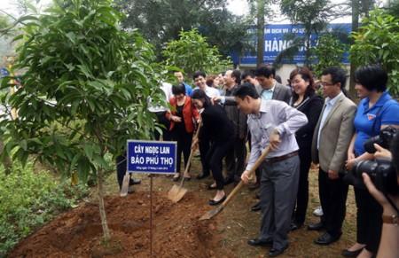 Lãnh đạo cùng đoàn viên các báo dâng hương và trồng cây lưu niệm tại Khu di tích lịch sử Đền Hùng.