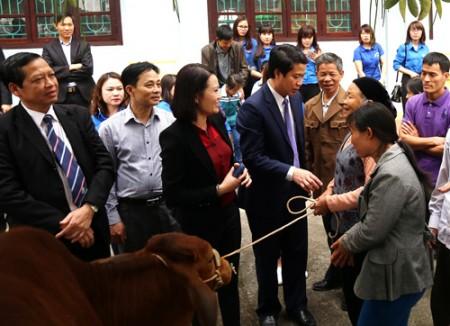 Lãnh đạo các báo, huyện Tam Nông và Công ty cổ phần Đạt Hưng tặng học bổng cho học sinh nghèo vượt khó và bò sinh sản cho hộ nghèo của huyện Tam Nông.