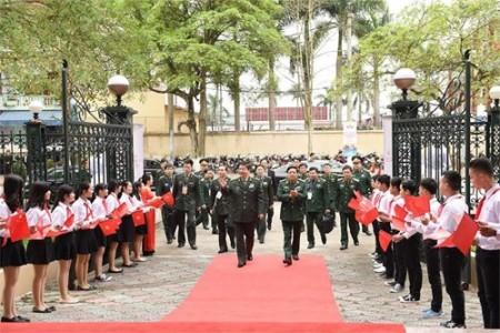 Bộ trưởng Quốc phòng Việt Nam – Trung Quốc tiến vào hội trường trong cờ hoa rực rỡ. Ảnh: TRỌNG HẢI