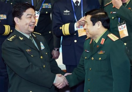 Bộ trưởng hai nước chúc mừng sự thành công của buổi toạ đàm. Ảnh: TRỌNG HẢI