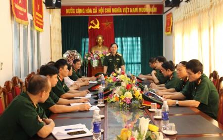 Thiếu tướng Nguyễn Thái Bình, Phó Tham mưu trưởng Quân khu và Đoàn kiểm tra tại Ban CHQS thành phố Việt Trì.