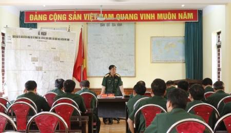 Đồng chí Phó Tham mưu trưởng Quân khu  chủ trì kiểm tra tại Ban CHQS huyện Phù Ninh.
