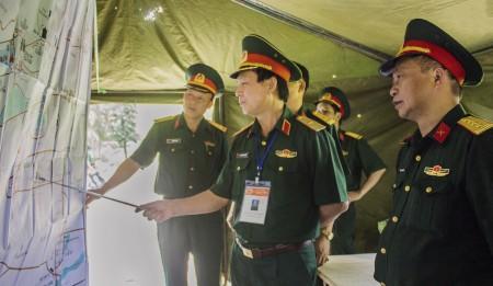 Phó Tham mưu trưởng Quân khu kiểm tra phương án bảo vệ giỗ Tổ Hùng Vương - lễ hội Đền Hùng tại Sở chỉ huy nhẹ Bộ CHQS tỉnh.