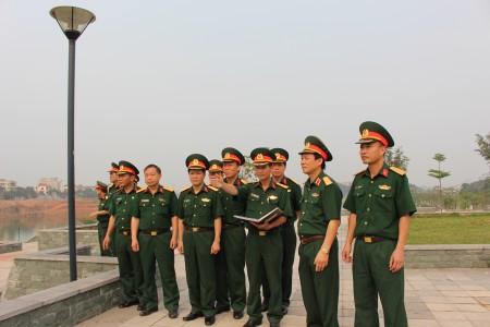 Thiếu tướng Nguyễn Thái Bình kiểm tra vị trí bắn pháo hoa tầm cao tại Công viên Văn Lang (thành phố Việt Trì).