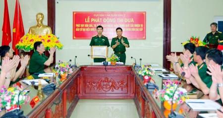 Đại tá Nguyễn Chí Thưởng, Phó Chủ nhiệm Hậu cần Quân khu nhận Bằng khen của Bộ Tư lệnh Quân khu trao tặng vì đã có thành tích xuất sắc trong thực hiện nhiệm vụ.